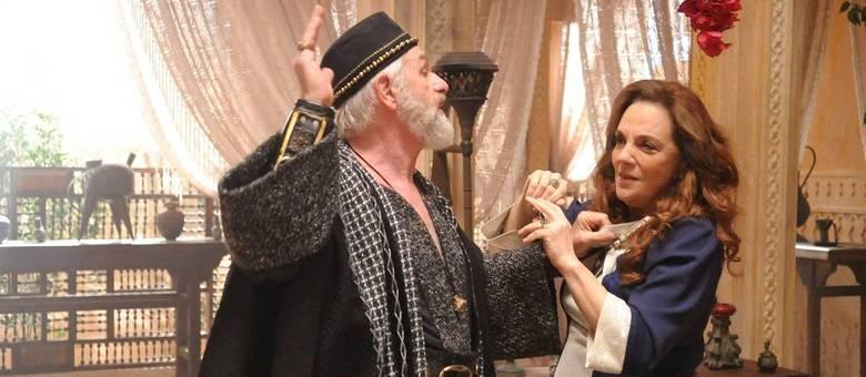 Elga apanha de Chaim por causa do escândalo com Samira e Talita