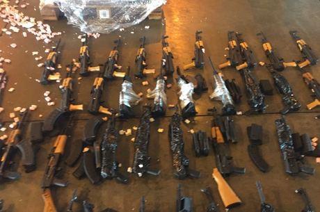 Polícia apreendeu 60 fuzis no Galeão em 2017