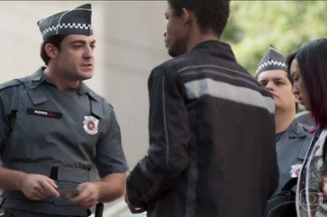 """Personagem policial militar faz abordagem racista em """"Malhação"""""""