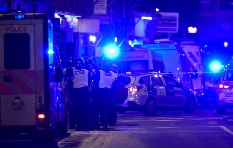 Pelo menos sete pessoas morreram em dois ataques terroristas na região da London Bridge, ponte de Londres próxima à Tower Bridge, na noite deste sábado (3), segundo a polícia. Três terroristas também foram mortos, mas a polícia ainda procura por suspeitos