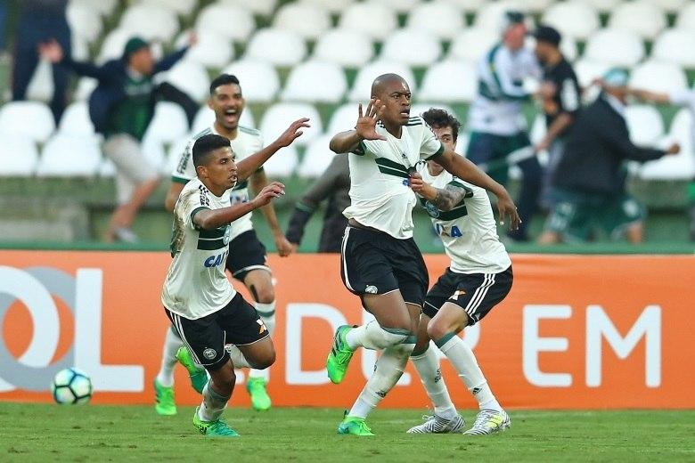 Coritiba vence clássico contra Atlético-PR e sobe na tabela