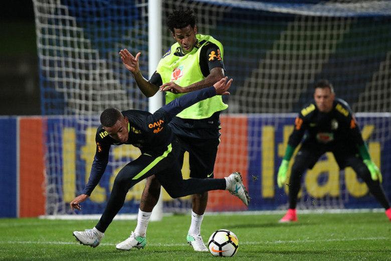 Com campo reduzido, técnico Tite realizou o primeiro treinamento com bola na Austrália