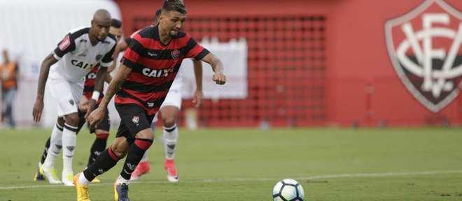Kieza marcou o primeiro gol do Vitória contra o Atlético-MG, em jogo disputado no Barradão