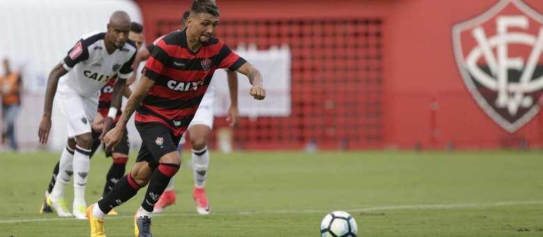 Kieza marcou o primeiro gol do Vitória contra o Atlético-MG 72e599a567add