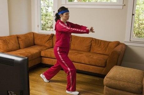Atividade física em casa economiza tempo e dinheiro, mas exige cuidados para evitar lesões e ter eficácia garantida