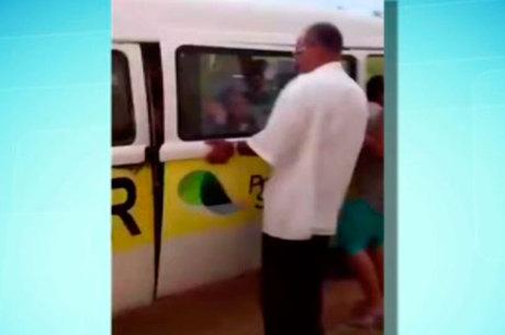 Segundo uma mãe, que no momento grava este vídeo, o veículo já ficou até sem freio, colocando a vida das crianças em risco