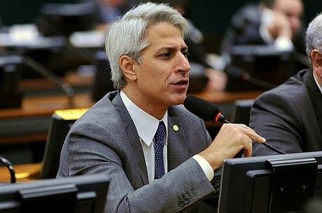 Alessandro Molon é um dos dois deputados da Rede que participam da CCJ (Comissão de Constituição e Justiça) e que acusam Temer de obstruição de justiça e compra de apoio através da liberação de verbas