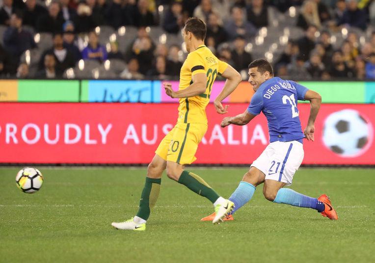 O Brasil enfrenta a seleção da Austrália em amistoso na manhã desta terça-feira (13). Logo aos 12 segundos, Diego Souza abriu o placar com um chute cruzado