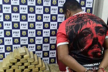 O proprietário da mala foi identificado e levado para a Unidade Operacional PRF de Vitória da Conquista