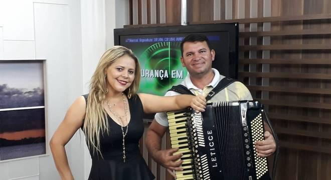 Eliza Clívia ao lado do sanfoneiro Nivaldo Cândido três horas antes da morte