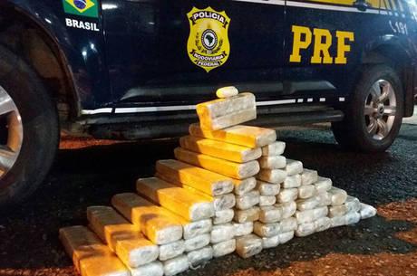 Foram encontrados diversos tabletes de substância análoga à maconha pesando aproximadamente 68 kg, além de 50 g de substância semelhante à cocaína