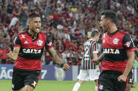 Everton e Trauco comemoram o gol de empate do Flamengo