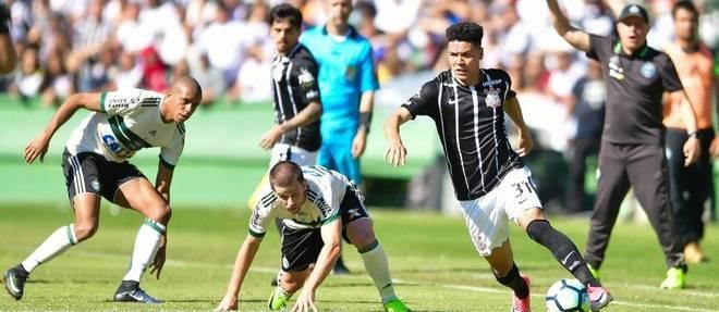Marquinhos Gabriel domina bola no empate entre Coritiba e Corinthians no Couto Pereira