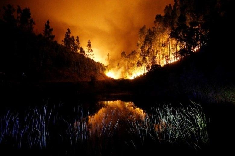 Um incêndio florestal de grandes proporções matou pelo menos 61 pessoas e deixou 59 feridos em Pedrógão, região central de Portugal, no sábado (17)