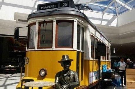 Bondinho português pode ser visitado no Viaduto do Chá