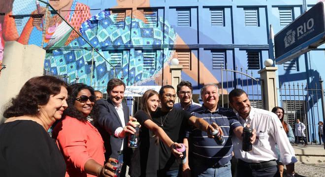 Prefeito Marcelo Crivella, secretários e artista inauguraram grafite em escola no centro do Rio