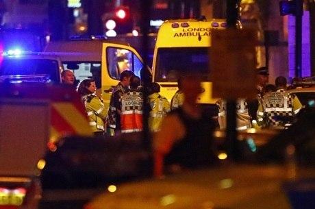 Van atropelou dezenas de pessoas na madrugada, na capital britânica, deixando ao menos um morto e dez feridos