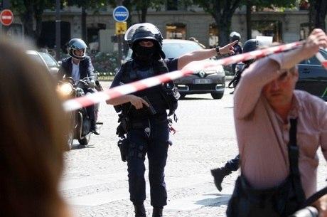 No Twitter, a polícia pediu que as pessoas evitem a região da avenida Champs-Elysées