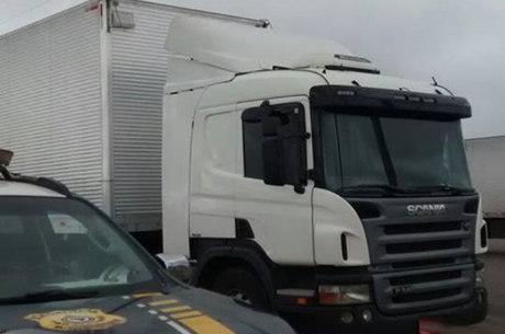 O veículo em questão se tratava de um caminhão roubado no dia 14 deste mês, no município de Janaúba/MG