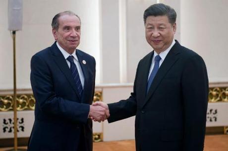 O chanceler Aloysio Nunes e o presidente da China, Xi Jinping, se cumprimentam no Palácio do Povo, em Pequim