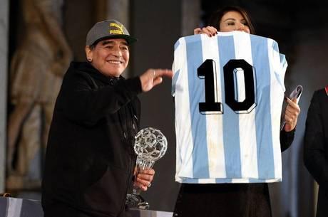 Maradona, em recente homenagem recebida na Itália