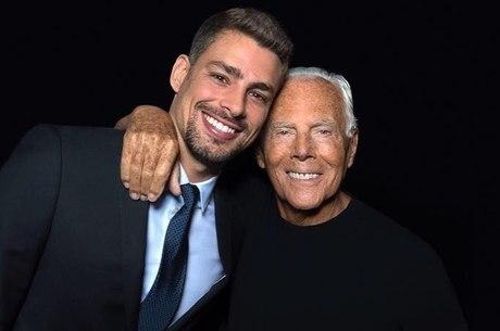 Cauã Reymond abraçado com Giorgio Armani