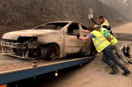 Incêndios queimaram carros e deixaram mais de 60 mortos