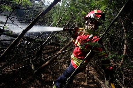 Autoridades esperam que fogo seja completamente dominado nesta terça-feira (20)