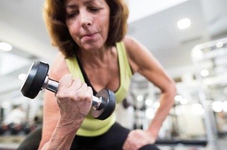 Fortalecimento muscular e exercícios de equilíbrio ajudam a prevenir as quedas entre idosos