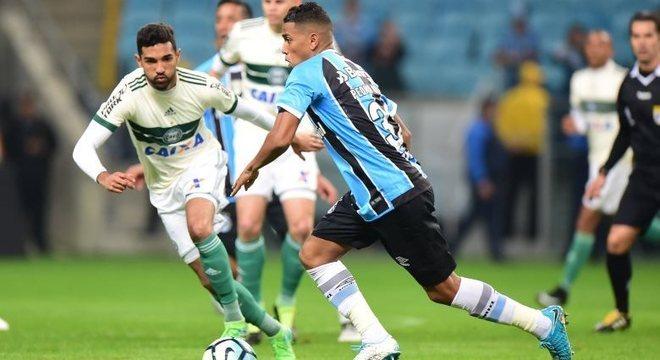 Pedro Rocha partiu para cima dos zagueiros do Coritiba na vitória do Grêmio na Arena