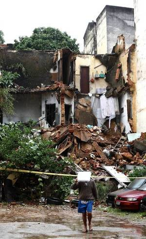 Duas pessoas ficaram feridas em desabamento de casa na Tijuca