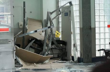 Impacto da batida destruiu porta da emergência do hospital