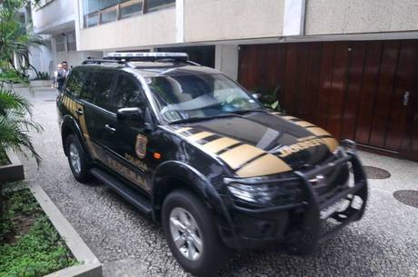 Carro da PF em frente ao apartamento de Adriana Anselmo