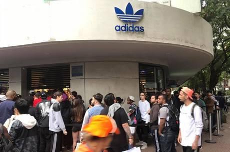 0d6d2721ec7 Jovens acampam em fila para comprar tênis de R  1.200 em loja de ...