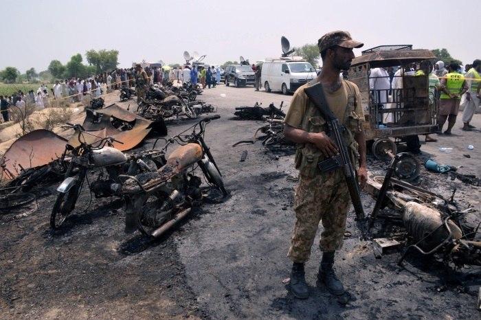 Incêndio de caminhão-tanque mata 123 pessoas no Paquistão