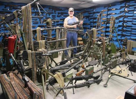 Americano guarda coleção de mais de 3 mil armas no porão de casa