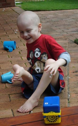 Os pais de Jonty tiveram de escolher entre a amputação completa da perna direita do menino ou um novo tipo de procedimento, conhecido como rotationplasty, ou cirurgia de rotação — em que o pé do paciente seria removido e reconectado ao joelho de trás para frente, para favorecer alguns movimentos. Ficaram com a segunda opção. Em entrevista ao jornal Daily Mail, o pai do garoto, Wayne Oddy, disse que, à primeira vista, o resultado pareceu 'um pouco bizarro'. 'Mas agora nem notamos mais', garante