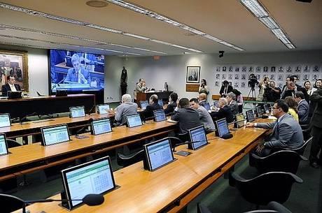 Ao não participar da votação no colegiado, parlamentares podem dar espaço para suplentes alinhados com o governo