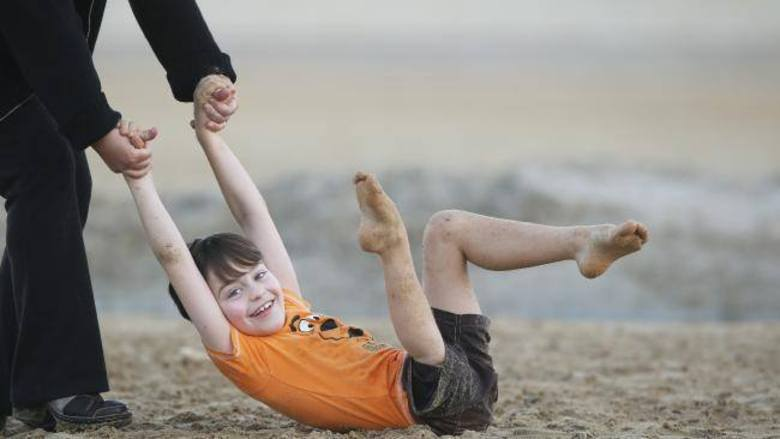 Hoje, a família de Jonty comemora cinco anos desde que o câncer foi completamente removido do corpo do menino, de acordo com Wayne Oddy.— Os cirurgiões cortaram a parte do meio da perna e reconectaram o pé direito ao joelho de trás para frente. Ele manteve os vasos sanguíneos mais importantes para a circulação na região do tornozelo. Ficamos nervosos durante a cirurgia, mas deu tudo certo. Nós pesquisamos muito sobre o procedimento de rotação e achamos que seria a melhor opção porque Jonty teria a chance de manter muito de suas funcionalidades.