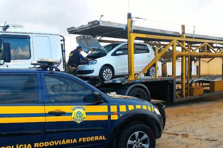 O homem foi encaminhado juntamente aos veículos para a delegacia de polícia judiciária local