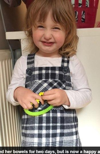 Uma bebê de um ano parou de respirar por cinco minutos depois de sofrer uma convulsão causada por constipação. A menina foi salva pela mãe, Chloe Cook, 19 anos, que realizou os primeiros-socorros nela. As informações são do jornal Daily Mail