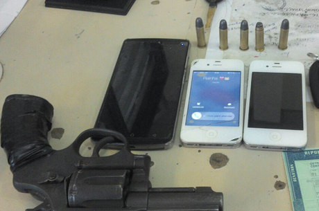 Um deles foi flagrado com um revólver calibre 38 com cinco munições intactas