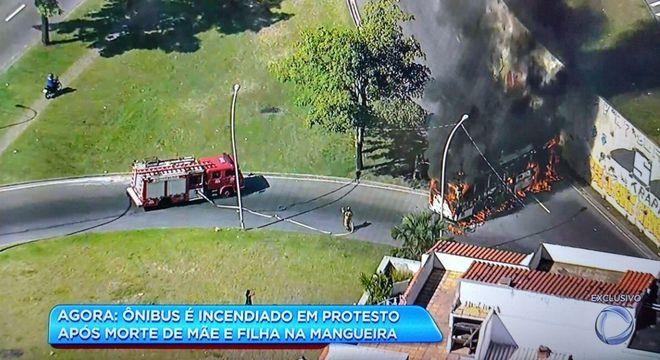 Ao menos dois ônibus foram incendiados na tarde desta sexta-feira (30)