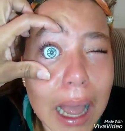 Sabe o que você não devia fazer, mesmo que pareça uma boa ideia por algum motivo? Colocar um olho de boneca dentro da sua cavidade ocular. Esse vídeo mostra uma menina, brasileira mesmo, fazendo exatamente isso, e não deu muito certoQUER MAIS? INSCREVA-SE NO CANAL DO HORA 7 NO YOUTUBE!