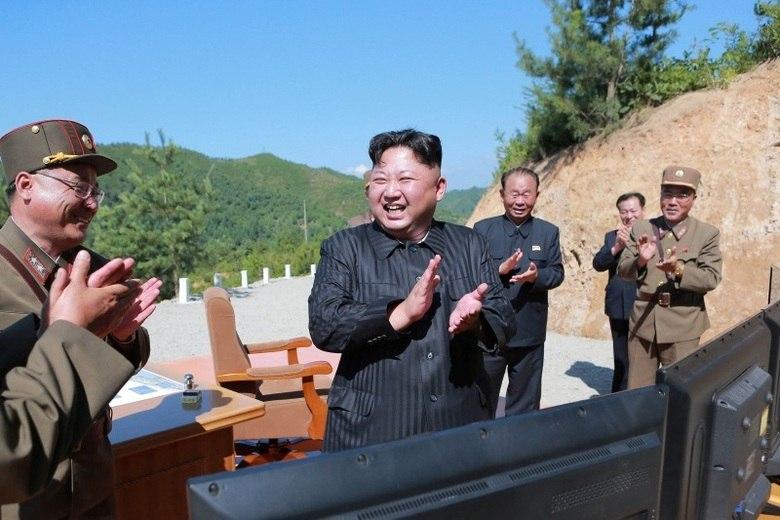 Cenário 2: os norte-coreanos fazem mais uma provocação, só que desta vez ela mais vai longe e a Coreia do Sul responde.  Os norte-coreanos gostam de provocar os sul-coreanos afundando barcos ou plantando bombas em áreas de fronteira. No entanto, essas provocações podem ir longe demais, levando a uma resposta mais incisiva da Coreia do Sul.  Os sul-coreanos estão desenvolvendo mísseis balísticos e de cruzeiro com o propósito expresso de matar Kim Jong Un. A ideia é que eles podem eliminar o líder para que ele não possa dar ordens para lançar armas nucleares