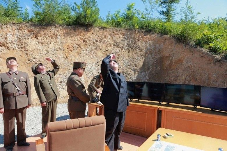 Cenário 3: os EUA se convencem a entrar em um conflito que não podem conter.  Este cenário é como o do Iraque em 2003, exceto que seria um fiasco muito maior. Os EUA afirmam que a situação está sob controle, mas as ações norte-coreanas continuam, até que os americanos se convencem de que a mudança de regime é a única opção viável.  Os EUA, então, procuram aliados na região, buscam algum tipo de apoio entre autoridades norte-coreanas e fazem uso da força. Novamente, os americanos estariam envolvidos em um grande conflito