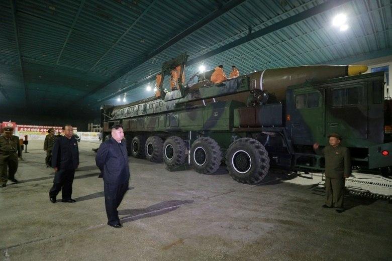 Após o teste, os EUA pediram uma reunião de emergência do Conselho de Segurança da ONU (Nações Unidas). Além disso, o secretário de Estado norte-americano, Rex Tillerson, classificou o ato como uma 'nova escalada da ameaça aos Estados Unidos' e ao mundo e alertou que Washington 'nunca aceitará uma Coreia do Norte armada nuclearmente'.  Para entender melhor o clima de tensão que sucedeu o teste norte-coreano, o site Vox desenvolveu cinco teorias do que pode acontecer de agora em diante