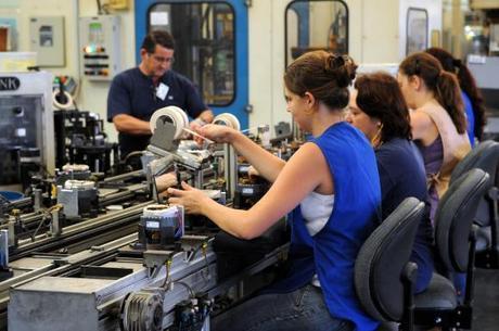 Diferença entre número de homens e mulheres no mercado de trabalho vem caindo desde 2010