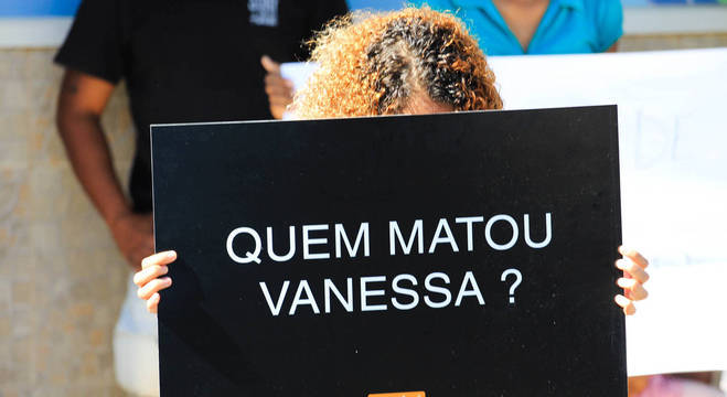 Familiares e amigos protestaram durante o enterro de Vanessa dos Santos, morta por bala perdida