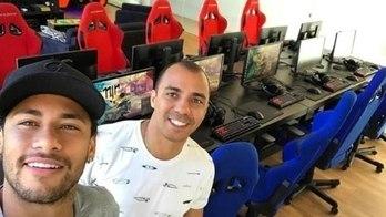 Neymar monta lan house para arrepiar com parças no videogame (Reprodução)